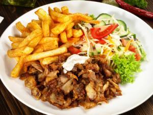 Kebab z frytkami i surówką